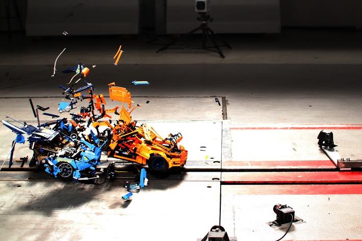 Crash Boom Bang mit Lego-Steinchen Porsche gegen Bugatti – digital versus real in der ADAC Crashanlage