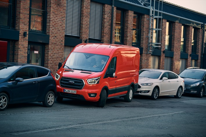 Ford Transit: Aktiver Park-Assistent ermöglicht stressfreie Ein- und Ausparkmanöver